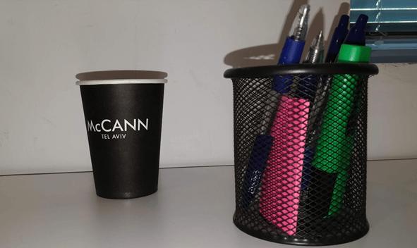 כוס חד פעמית, עטים ומדגיש